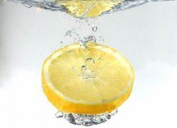 Kahjustuse sidruni vesi
